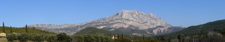 La montagne Sainte-Victoire depuis la route du Tholonet ©Esby