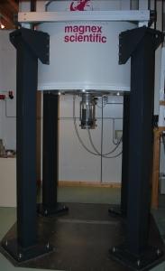 Imageur IRM de l'IFSTTAR. Le cylindre gris sous l'aimant permanent contient une carrotte de sol non perturbé, son diamètre (12.5 cm) donne l'échelle.