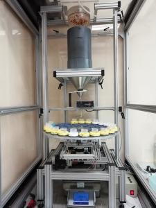 Dispositif permettant de simuler une pluie sur une colonne de sol non remanié et de collecter automatiquement les effluents de la colonne.